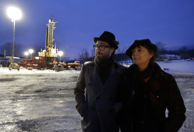 <p>               FILE - In this Jan. 17, 2013 file photo, Sean Lennon and actress Susan Sarandon visit a fracking site in New Milford, Pa. As thousands around the country mobilize for and against hydraulic fracturing, industry and some environmental groups in Illinois have come together to draft regulations both sides could live with. Some hope that cooperative approach could be a model for other states. (AP Photo/Richard Drew, File)