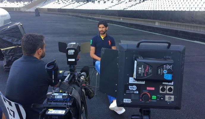 Loco Abreu dando entrevista para Eric Faria (Foto: Renata Amaral)