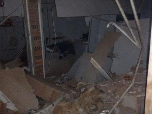 Agência ficou destruída após ação criminosa neste domingo. (Foto: Edivaldo Braga/blogbraga)