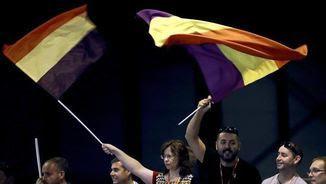 Delegats al congrés del PSOE amb banderes republicanes. EFE