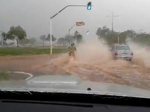 Motorista flaga carro jogando água em motociclista durante chuva em Palmas (Foto: Reprodução)
