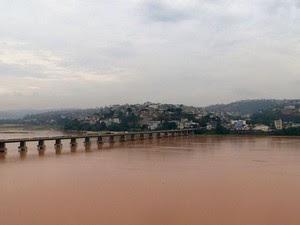 Água do Rio Doce nesta quinta-feira (19) (Foto: Reprodução/ TV Gazeta)