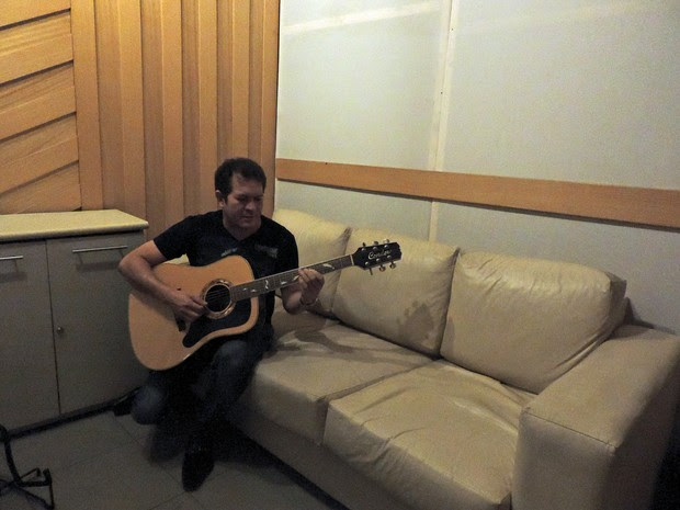Chimbinha começa a gravar CD do Calypso em estúdio do Recife (Foto: Katherine Coutinho / G1)