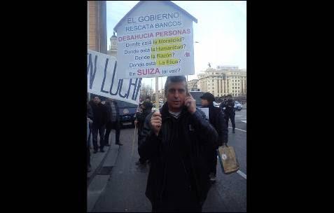 'El Gobierno rescata bancos y desahucia a personas', una pancarta en Madrid. -AB