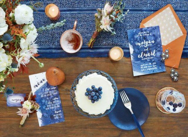 Aquarell-indigo-Menüs und ein Tischläufer mit Kupfer-Akzente machen diese tablescape erstaunlich