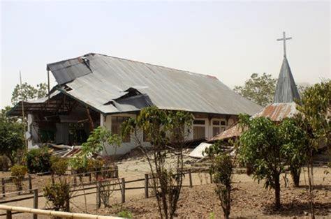 bangunan gereja rusak setelah gempa berkekuatan  sr