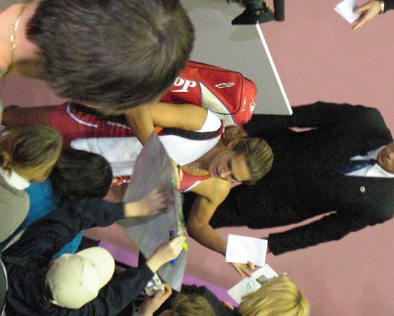 amelie signing autographs