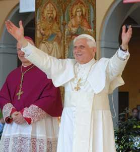 Benedicto XVI durante el encuentro con el mundo de la cultura, Patio Teresiano, Universidad de Pavía, domingo 22 de abril de 2007