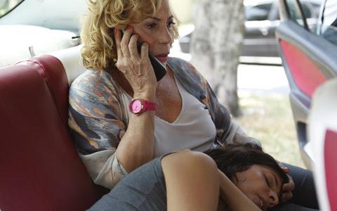 Chiara morre no táxi de Vilma, a caminho do hospital (Fina Estampa/TV Globo)
