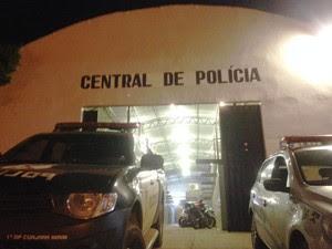 Suspeitos foram autuados na Central de Flagrantes da Polícia Civil (Foto: Toni Francis/G1)