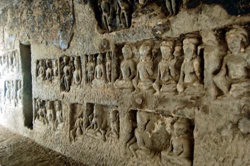 Ein Relief mit hunderten, meditierenden Buddhas