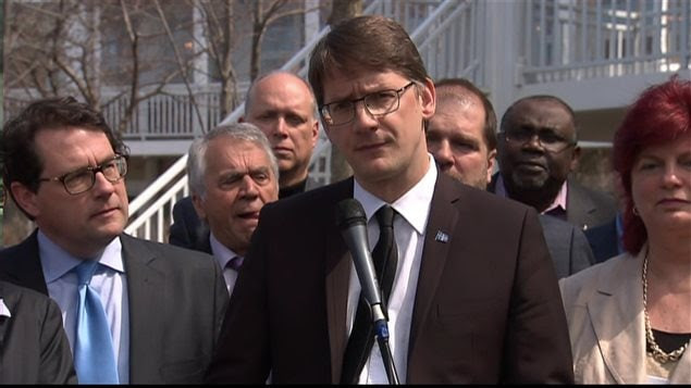 Le député Sylvain Gaudreault s'adresse à la presse le 6 mai 2016, peu après l'annonce de sa désignation comme chef par intérim du Parti québécois.