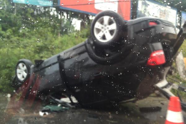 Carro do zagueiro Flávio Boaventura ficou de cabeça para baixo após capotar na Rota do Sol