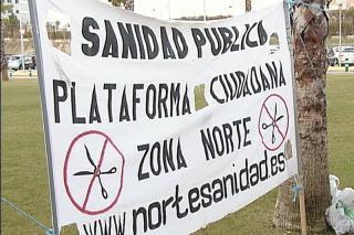 Un centenar de personas reiteran su rechazo a la privatización de la gestión sanitaria a las puertas del Infanta Sofía.