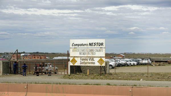 Vialidad Provincial resguarda camionetas de Austral Construcciones. Foto Maxi Failla.