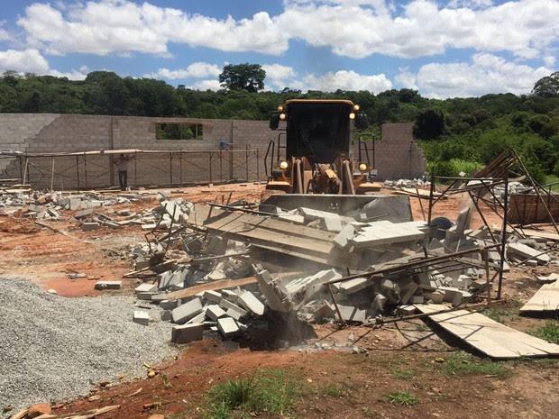 Galpão em Taguatinga sendo demolido em ação da Agefis (Foto: Agefis/Divulgação)