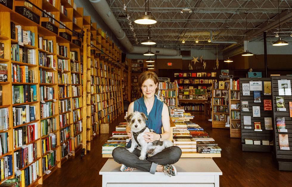 Ann Patchett con su perro en su librería, Parnassus Books, en Nashville.