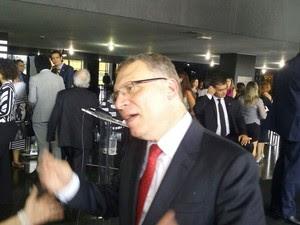 O novo ministro da Justiça, Eugênio Aragão, dá entrevista após cerimônia de transmissão de cargo (Foto: Gustavo Garcia/G1)