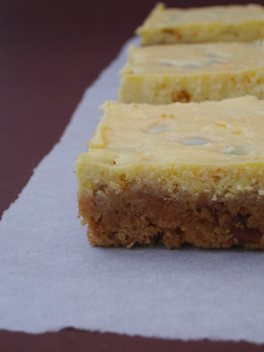 Passion fruit cheesecake squares / Quadradinhos de cheesecake de maracujá