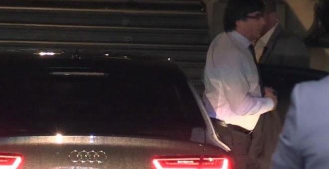 Imagen de televisión del presidente de la Generalitat, Carles Puigdemont, a su llegada esta mañana al Palacio de la Generalitat. - EFE