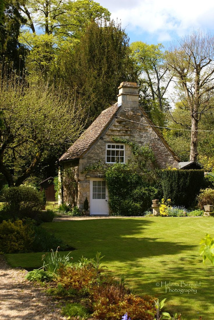 perfect English cottage. I want to go there so bad! Spend a summer, that would be lovely :)