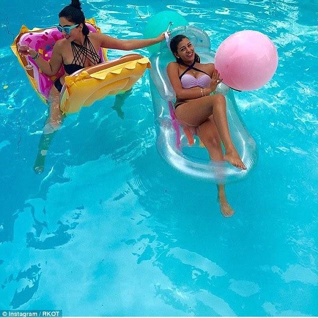 As fotos ver as raparigas desfrutar brincando nas piscinas apesar regras religiosas rigorosas têm exigido mulheres a cobrir o cabelo e se vestir modestamente, enquanto em público
