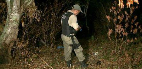 Suspeito arrastou a jovem para um terreno baldio perto da casa onde moravam / Foto: Reprodução/TV Jornal