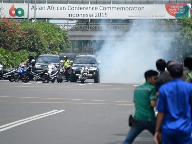Polícia durante ação contra atirador em Jacarta, na Indonésia (Foto: Bay Ismoyo/AFP)