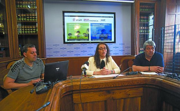 Erosi eta ikasi. Juan Urtxegi, del departamento de Informática; Mónica Martínez, delegada de Educación, e Iñaki Arrese-Igor, técnico de Educación. / F. DE LA HERA