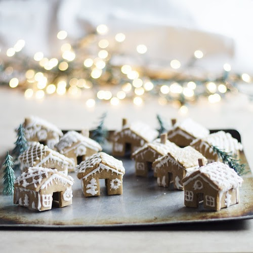 Mini Gingerbread Houses That Sit On The Edge Of Your Mug