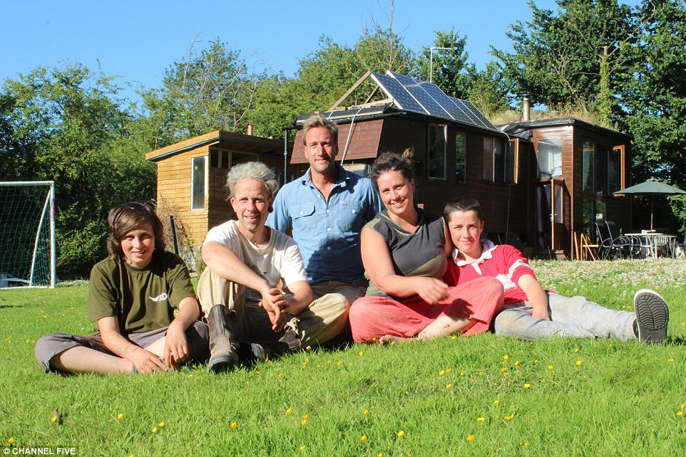 Ben Fogle meets Dinah and Stig Mason and their sons Dali  and Yosse who have lived in the converted horsebox behind them since 2011