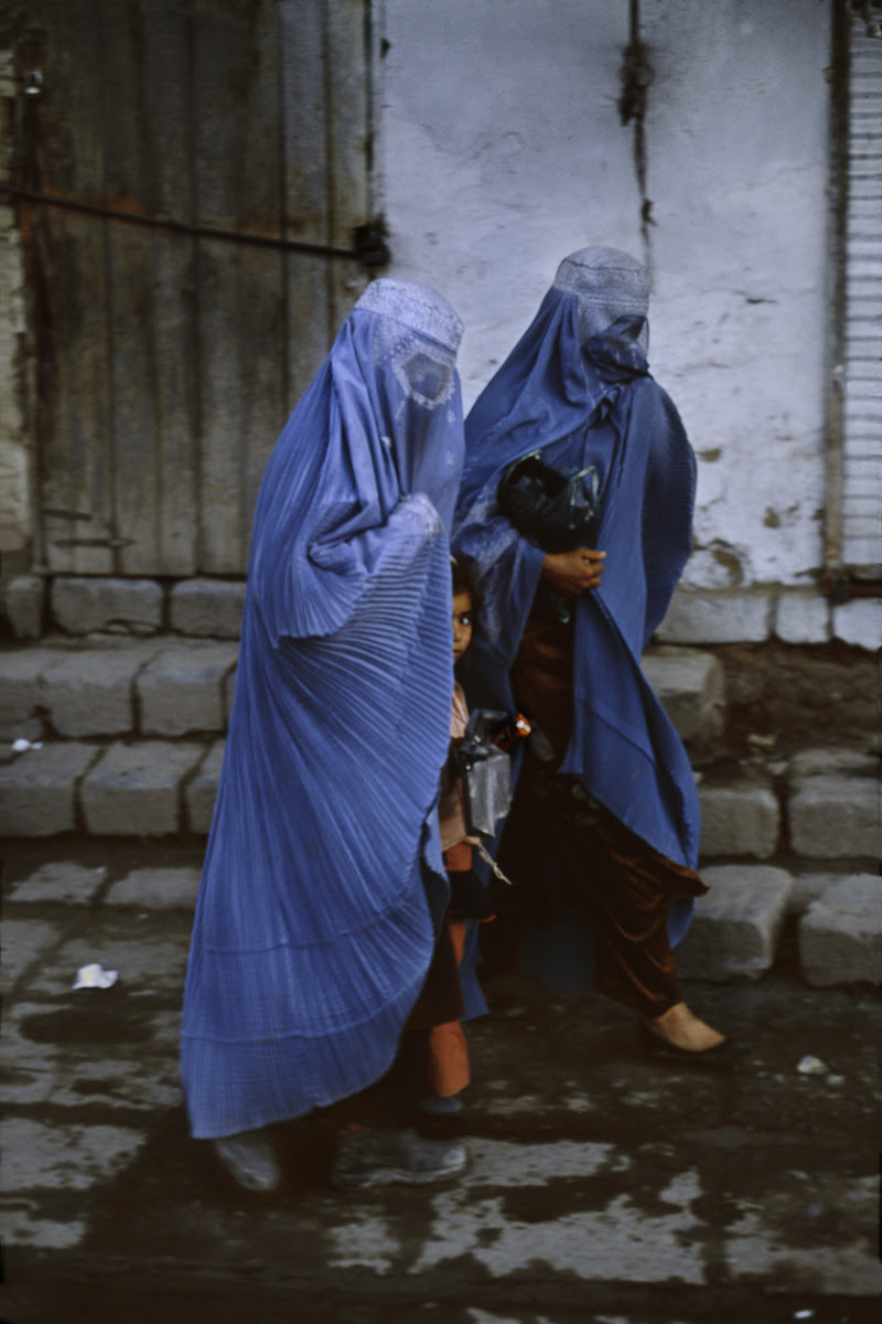 stevemccurrystudios:  Two women and a little girl go to the bazaar in Kabul, Afghanistan.