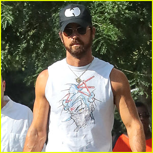 Justin Theroux Shows Off His Buff Biceps While in NYC!