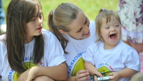 Duas moças e uma menina sorrindo.