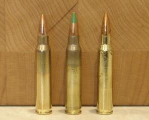 No centro uma munição 5,56x45mm NATO e aos lados duas munições .223 Remington. Elas são aparentemente idênticas.
