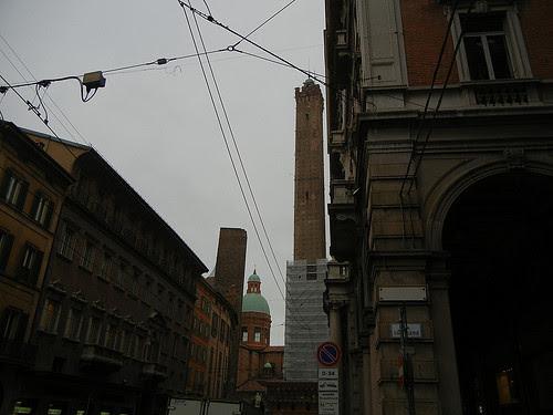 DSCN4529 _ Le due torri (Torre Garisenda, left and Torre degli Asinelli, right), Bologna, October 2012