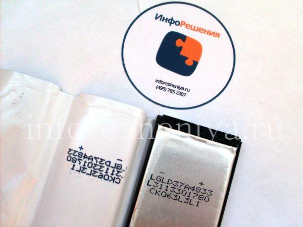 Сравнение аккумуляторных батарей для BlackBerry Z10 (тип L-S1): Разборка оригинального аккумулятора для BlackBerry Z10. Жестяная обкладка закрывает сам элемент питания и расположена в центре, по краям — пластиковый каркас. Видна маркировка аккумулятора.