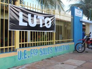 Faixa com palavra luto foi anexada em frente a escola das garotas em Castelo (Foto: Gilcilene Araújo/G1)