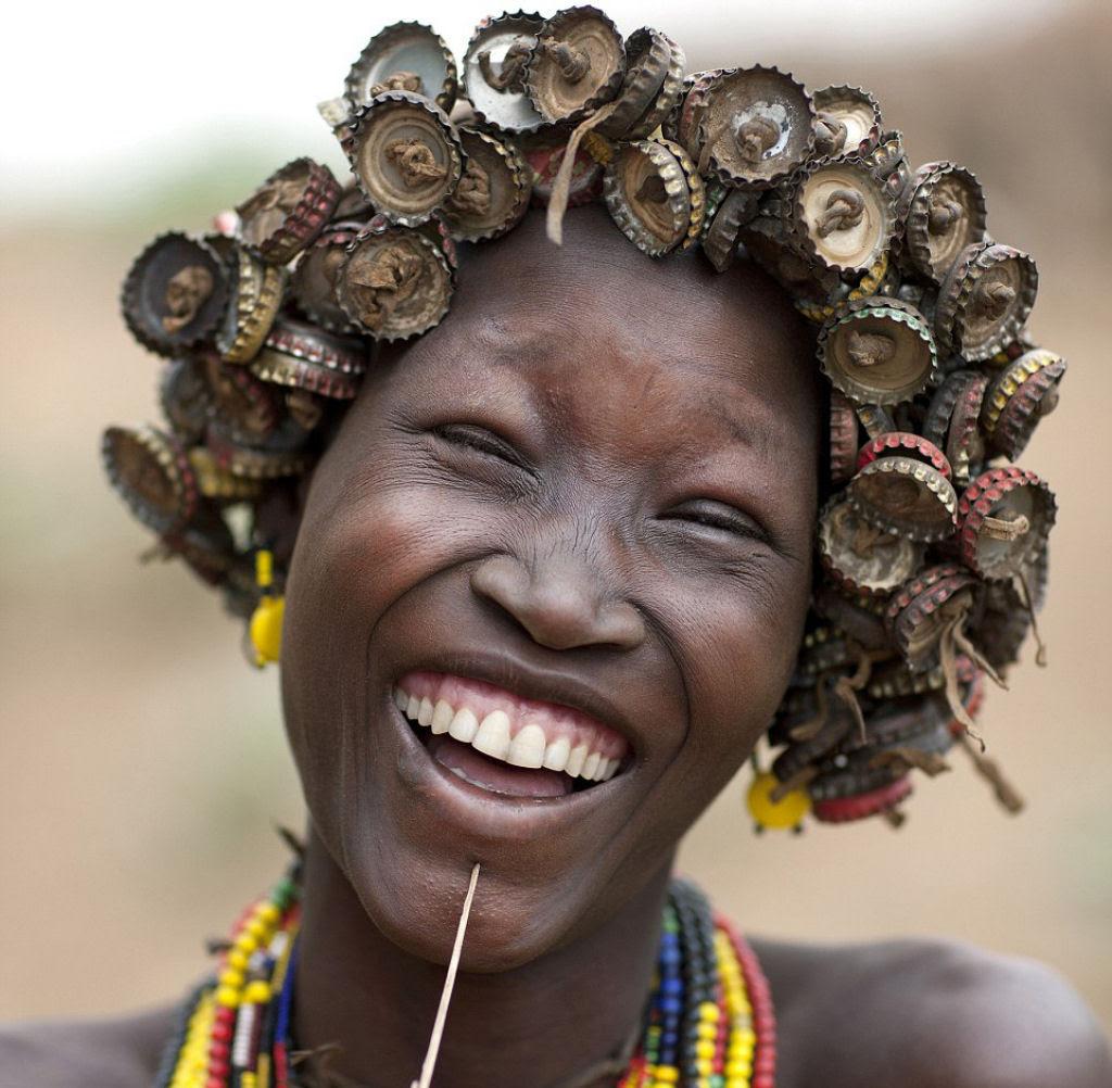Tribo etíope recicla descartes do mundo moderno em acessórios de moda 01