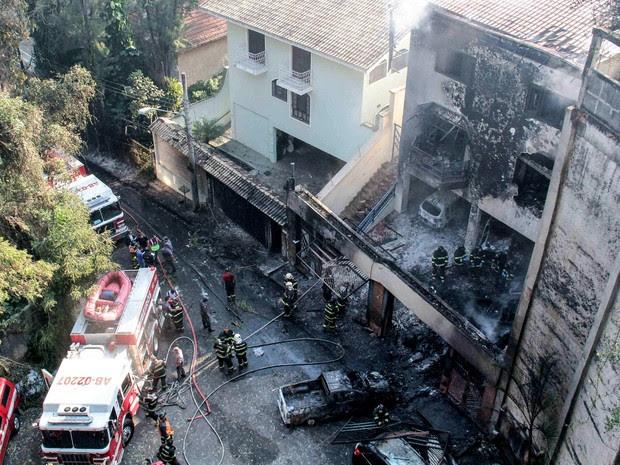 Bombeiros trabalham na área onde um avião monomotor caiu em uma casa no bairro da Casa Verde, em São Paulo, na tarde deste sábado (19) (Foto: Marcio Ribeiro/Brazil Photo Press/Estadão Conteúdo)