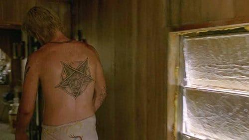 Reggie Ledoux, um dos culpados realizando rituais tem uma tatuagem de Baphomet dentro de um pentagrama invertido nas costas, o sigilo da Igreja de Satanás.