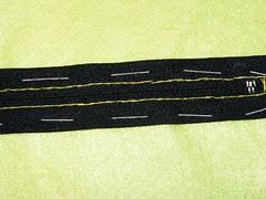 particolare della cucitura della zip