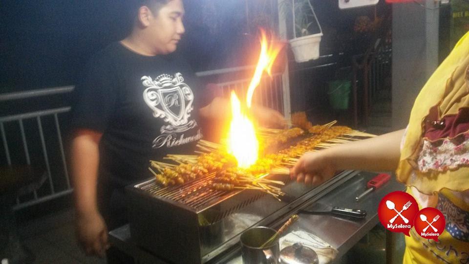 Pemilik Satay AK24 sendiri yang bakar Sate tau..