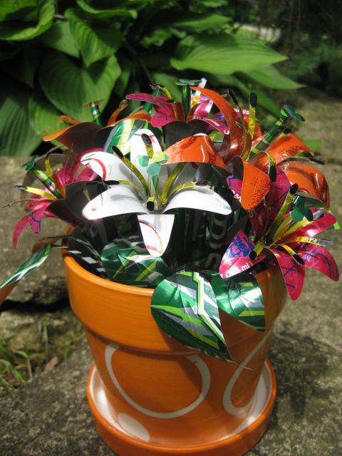 perierga.gr - Φτιάχνει λουλούδια από κουτιά αναψυκτικών!