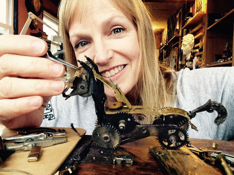 Pequenas esculturas steampunk feitas à base de relógios reciclados 16