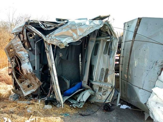 Cabine de carreta ficou destruída após acidente na BR-242, na Bahia (Foto: Blog do Sigi Vilares)