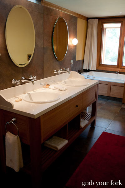 wolgan valley bathroom with double sinks