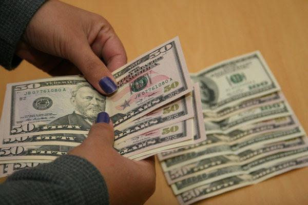O dólar comercial subiu R$ 0,054 (1,59%) e encerrou o mês vendido a R$ 3,425