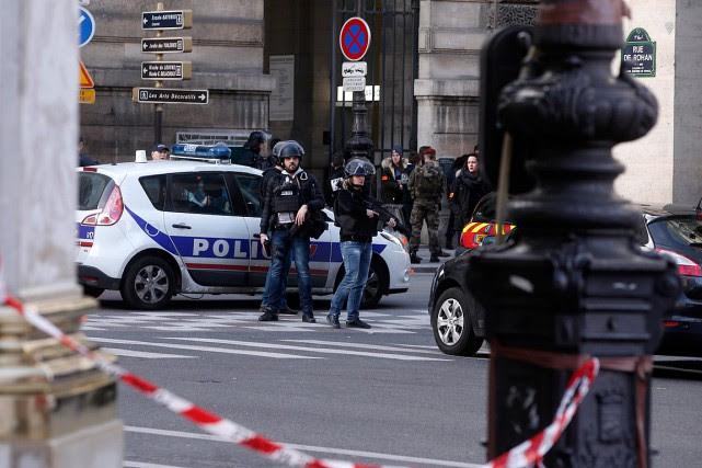Des policiers surveillent l'entrée du musée du Louvre... (PHOTO THIBAULT CAMUS, AP)