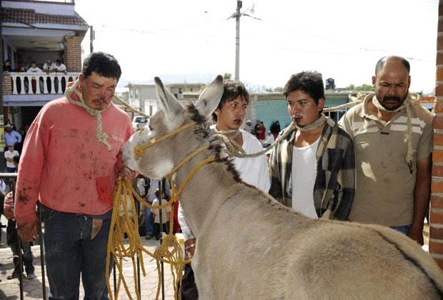 Homens foram presos a burro e espancados após serem acusados de roubo no México (Foto: Alejandro Dias/Reuters)